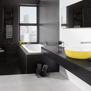 Żółta umywalka Artis na tle czarnej łazienki. Fot. Villeroy & Boch