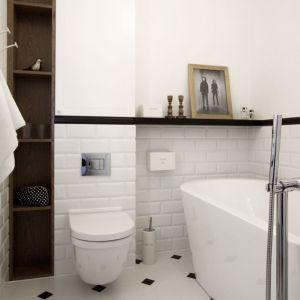 Biała łazienka ocieplona drewnianymi akcentami w skandynawskim stylu. Proj. Soma Architekci