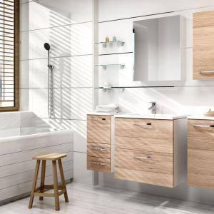 Aranżacja białej łazienki ocieplonej meblami w kolorach drewna z oferty firmy Stolkar. Fot. Stolkar