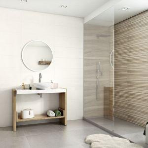 Białe płytki ocieplają wizualnie płytki jak drewno z kolekcji Daikiri firmy Ceramika Paradyż. Fot. Ceramika Paradyż
