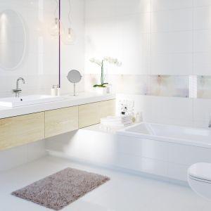 Biała łazienka ocieplona akcentami z jasnego drewna. Na zdjęciu aranżacja z płytkami z kolekcji Tuka marki Cersanit. Fot. Cersanit