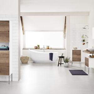 Biała łazienka w stylu skandynawskim z meblami łazienkowymi z rysunkiem drewna na frontach. Fot. Tchibo