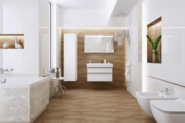 Biel i drewno to wyjątkowo wdzięczny zestaw kolorów i materiałów.Zobaczcie, jak pięknie wyglądają w łazienkach!