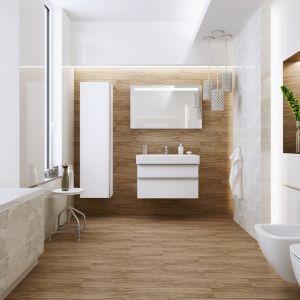 Biała łazienka ocieplona kolorami drewna w postaci drewnopodobnych płytek z kolekcji Elissa marki Opoczno. Fot. Opoczno