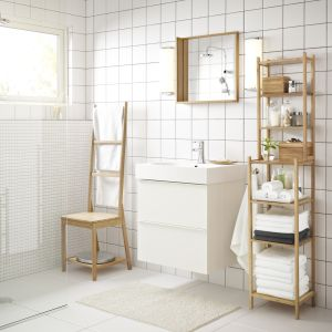 Sterylną biel aranżacji łazienki przełamują delikatne drewniane akcenty. Fot. IKEA