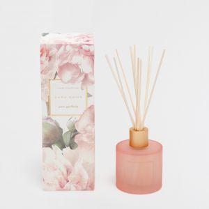 Odświeżacz powietrza o kwiatowym zapachu Pure Gardenia z pałeczkami zapachowymi. Zapewni miły zapach w łazience i będzie jej ozdobą. Cena: 69,90 zł/100 ml. Fot. Zara Home
