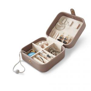 Mała Kasetka na biżuterię, przydatna zarówno w podróży, jak i w codziennym porządkowaniu drobnych przedmiotów w łazience. Cena: ok. 60 zł. Fot. Tchibo