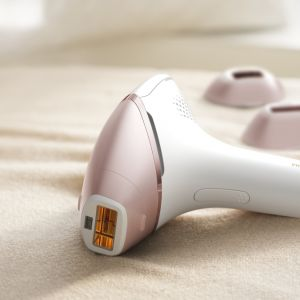Urządzenie Lumea Prestige do domowej depilacji światłem zapewni gładką skórę nawet do 8 tygodni. Z 4 nasadkami: dużą nasadką do ciała, nasadką do pach, precyzyjną nasadką do twarzy i nasadką do okolic bikini. Cena: od 2.019 zł. Fot. Philips