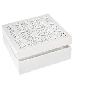 Dekoracyjna, kobieca szkatułka na biżuterię wykonana z MDF-u. Wieczko z misternym, ażurowym ornamentem i kryształkami. Cena: 39,60 zł. Fot. Eurofirany