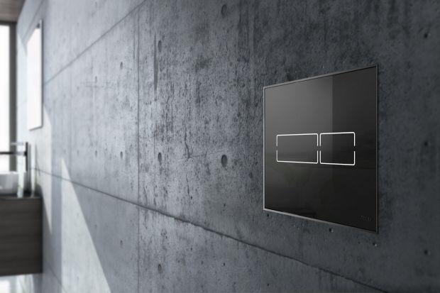 Czerń to bardzo elegancki kolor, w nadmiarze może jednak przytłaczać wnętrze. Dlatego najlepiej postawić na czarne detale w łazience, np. w formie... czarnej spłuczki.