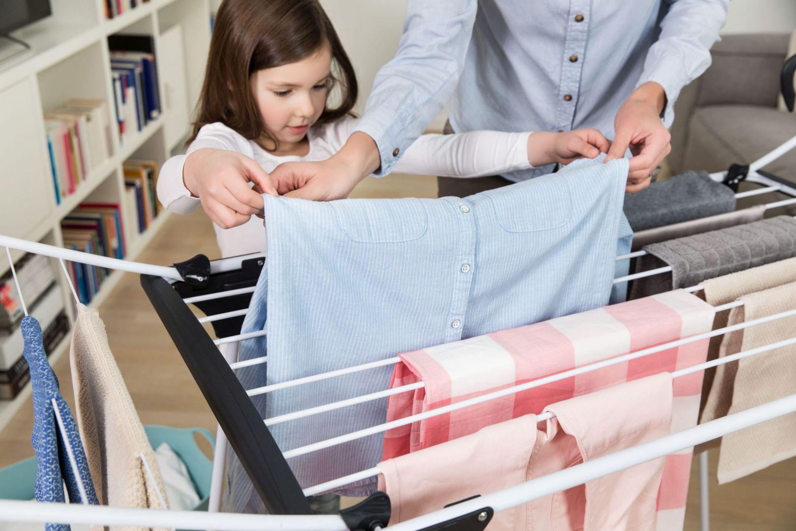 Dobrym sposobem jest wieszanie prania tak, by szwy pokrywały się ze sznurem suszarki. Fot. Vileda, na zdjęciu Suszarka Premium 2w1