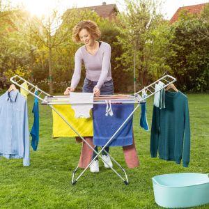 Podczas suszenia na zewnątrz warto również ograniczyć wykorzystywanie klamerek, które tworzą nieestetyczne zagniecenia. Fot. Vileda, na zdjęciu suszarka Aluminium 100