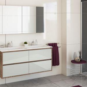 Meble łazienkowe z kolekcji Cristal są podwieszane i mają połyskujące fronty. Fot. Devo, www.devo.pl