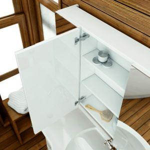 Lustrzane szafki to świetne rozwiązanie 2w1 - pomagają uporządkować przestrzeń i optycznie powiększają wnętrze. Fot. Aquaform