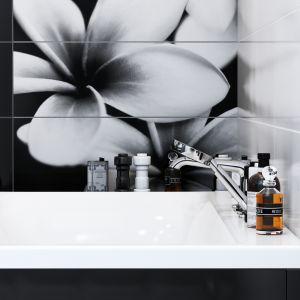 Płytki z dekorem układającym się w obraz ścienny przedstawiający elegancki, czarno-biały kwiat z kolekcji Pret a Porter marki Opoczno. Fot. Opoczno