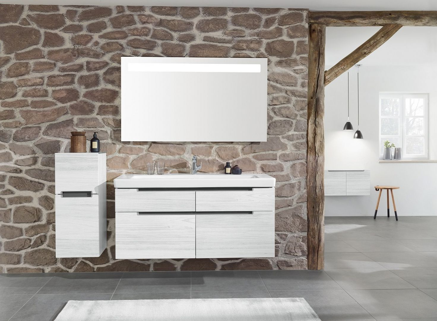 Lustro łazienkowe More to See 14 z oferty Villeroy & Boch, ze zintegrowanym oświetleniem LED, w którym można zmieniać natężenie światła i  jego kolor  – od ciepłej do zimnej  bieli.  Fot. Villeroy & Boch