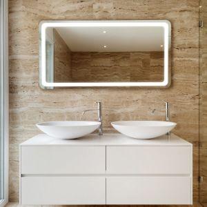 Lustro łazienkowe Frame z oferty Ruke, z oświetleniem LED zainstalowanym wzdłuż obwodu lustra, tworząc elegancką świetlną ramę. Z technologią Power Led zapewniającą silne światło. Fot. Ruke