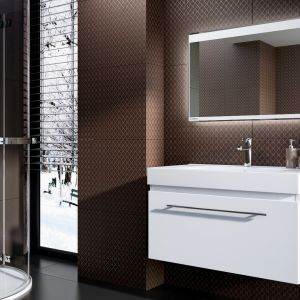 Lustro łazienkowe z serii HD Collection z oferty Aquaform, ze zintegrowanym oświetleniem LED z bezdotykowym włącznikiem na spodzie lustra, reagującym na ruch dłoni. Fot. Aquaform