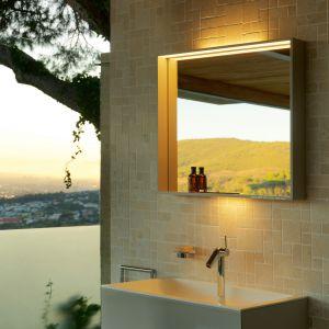 Podświetlane lustro łazienkowe z serii Plan z oferty Keuco. Możliwe jest wyłączenie, włączenie oraz osobne przyciemnienie oświetlenia umywalki i oświetlenia głównego.  Inteligentna elektronika zapamiętuje ostatnio wybrany scenariusz oświetlenia do chwili następnego włączenia. Fot. Keuco