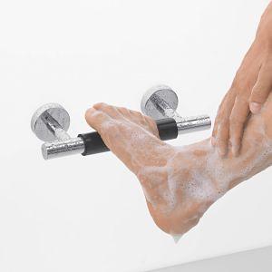 Metalowego wspornika ściennego z elementem antypoślizgowym z linii Unica Comfort marki hansgrohe można używać podczas pielęgnacji i mycia stóp. Fot. hansgrohe