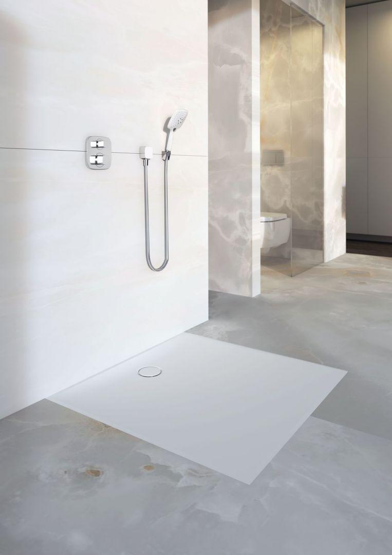 Panel prysznicowy Setaplano marki Geberit został stworzony z myślą o bezprogowej strefie prysznica; wykonany z materiałów o właściwościach antypoślizgowych. Fot. Geberit
