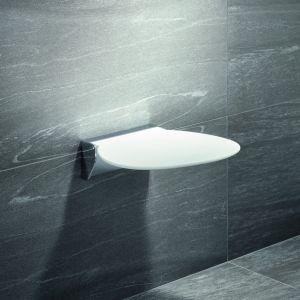 Siedzisko prysznicowe z serii Hewi System 800 ma lekko teksturowaną powierzchnię, która nawet w wilgotnym pomieszczeniu pozostaje antypoślizgowa. Fot. Hewi