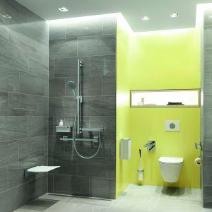 Strefa prysznica urządzona z uwzględnieniem potrzeb seniorów: bezprogowa, z antypoślizgowym siedziskiem i uchwytem przy drążku prysznicowym. Fot. Hewi