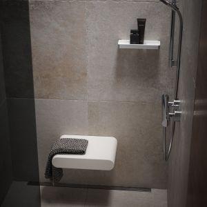 Siedzisko prysznicowe marki Keuco jest wykonane z miękkiego materiału, przyjemnego i ciepłego wdotyku. Szczególne właściwości powierzchni zapewniają wysoki poziom bezpieczeństwa podczas siedzenia. Fot. Keuco