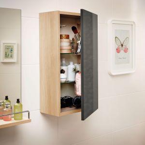 Smart to ceramiczno-meblowa kolekcja zaprojektowana z myślą o małych łazienkach. W serii m.in. mała szafka wisząca z praktyczną organizacją wewnętrzną. Fot. Cersanit