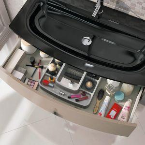 Głębokie szuflady szafki Round wykończone są specjalną strukturą odporną na zarysowania oraz wyposażone są w system cichego, miękkiego samodomyku, praktyczny organizer w górnej szufladzie. Fot. Elita