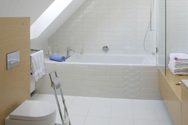 W polskich domach jednorodzinnych najczęstszym miejscem, gdzie urządzana jest łazienka są poddasza. Zobaczcie, jakie pomysły na to wnętrze mieli projektanci.