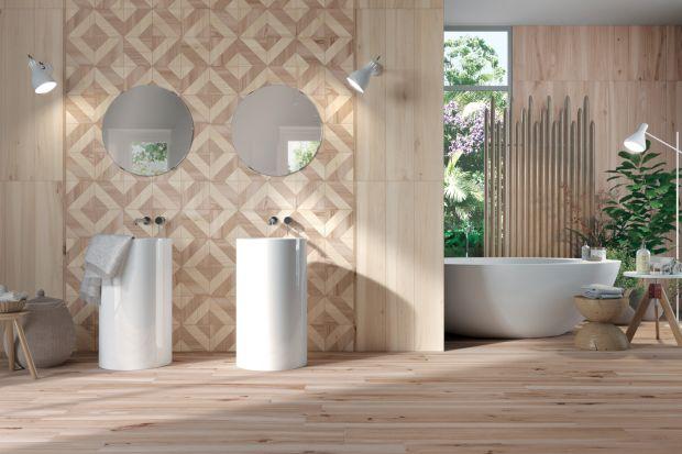 Drewno w łazience? Czemu nie! Płytki ceramiczne osiągają wysokie poziomy imitacji, dzięki czemu różnica między płytką a prawdziwym drewnem jest prawie niewidoczna.