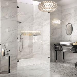 Aranżacja łazienki w klasycznym stylu z płytkami z kolekcji Imperial imitującymi marmur Calacatta. Fot. NovaBell
