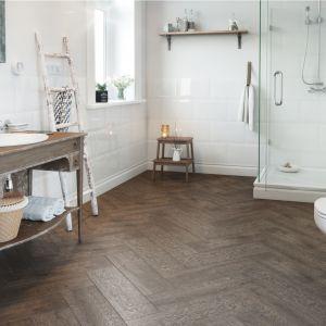 Aranżacja łazienki w stylu klasycznym z płytkami jak drewno z kolekcji Royalwood na podłodze. Fot. Cersanit