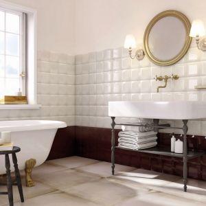 Klasyczna aranżacja łazienki z płytkami jak kafle z kolekcji Armonia. Fot. Ceramstic