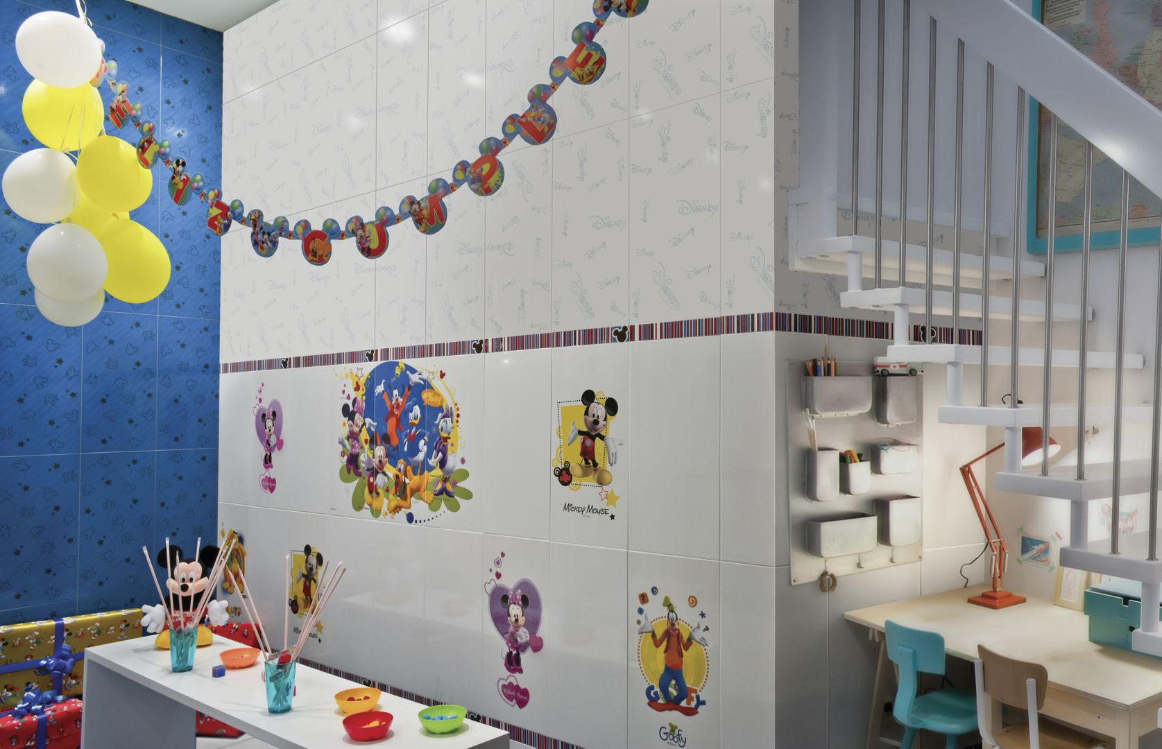 Kolorowe płytki ceramiczne z serii Mickey and Friends. Fot. Azteca Ceramica