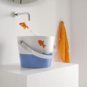 Umywalka z serii Bucket Collection marki Scarabeo Ceramiche wyglądająca jak kolorowe wiaderko. Fot. Scarabeo Ceramiche