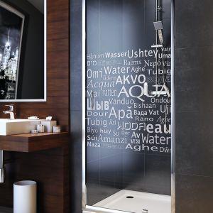 Drzwi do wnęki prysznicowej Nigra ozdobione typograficznym wzorem Water, który dodatkowo zapewnia dyskrecję podczas kąpieli; szkło grubości 4 mm, profil U umożliwia montaż nawet przy widocznie nierównej ścianie. Od 627 zł (80x185 cm). Fot. Aquaform