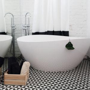 Aranżację łazienki zdominowały miękkie, opływowe kształty. Ich najbardziej efektownym przykładem jest wolno stojąca wanna. Proj. Ewelina Pik. Fot. Bartosz Jarosz
