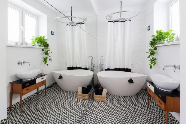 Klimatyczna aranżacja łazienki swój urok zawdzięcza lokalizacji w starej kamienicy, miękkim kształtom wyposażenia i detalom w stylu retro.