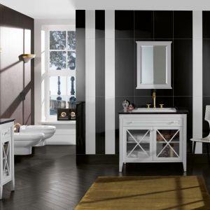 Kolekcja mebli łazienkowych Hommage marki Villeroy & Boch w klasycznym stylu, z przeszklonymi frontami z dekoracyjnymi szprosami i uchwytami. Fot. Villeroy & Boch