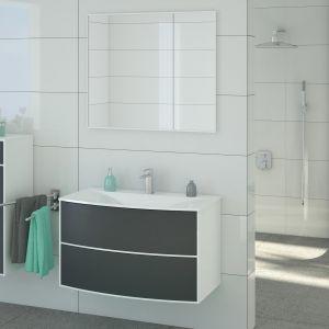 Meble łazienkowe z szarymi frontami wpisanymi w białą ramę z kolekcji Aria marki Devo. Fot. Devo, www.devo.pl