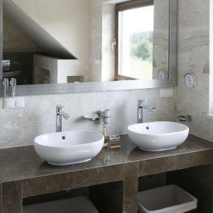 Blat łazienkowy, jak i cała zabudowa pod umywalkę, wykończone zostały płytkami ceramicznymi. Proj. Beata Ignasiak. Fot. Bartosz Jarosz