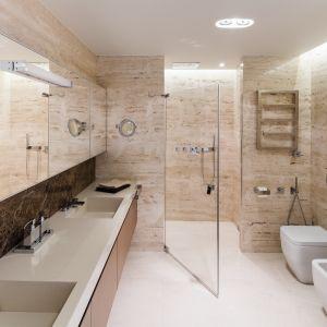 Obszerny blat łazienkowy wykonany z konglomeratu, z efektownie schowanymi umywalkami. Proj. Anna Fodemska. Fot. Bartosz Jarosz