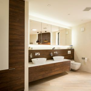 Łazienka wykończona drewnem i konglomeratem kwarcytowym. Fot. Technistone