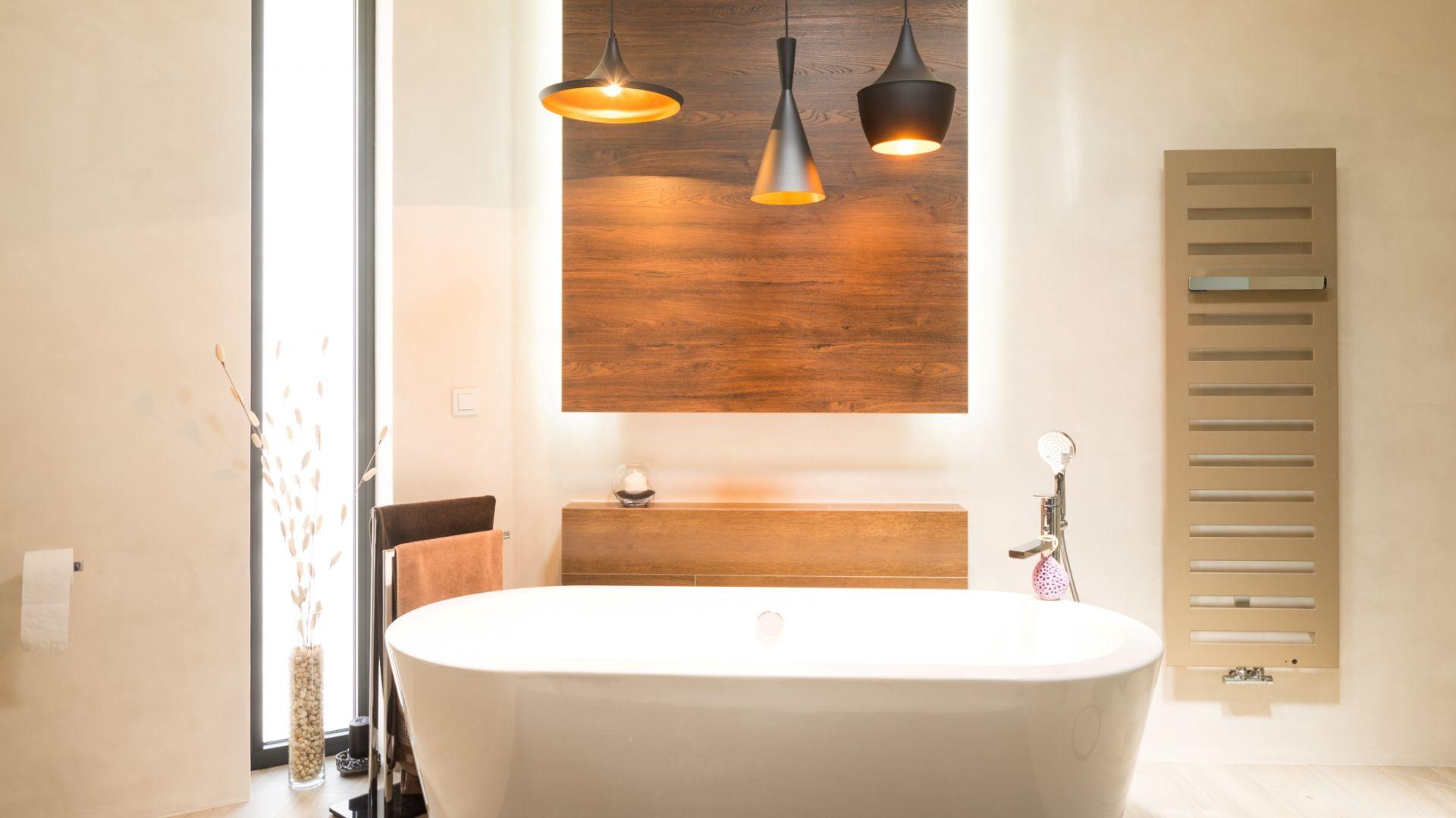Nowoczesna łazienka z drewnianymi akcentami. Fot. Technistone