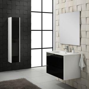 Meble łazienkowe z serii SOTTILE o frontach w kolorze czarnym, lakierowane na wysoki połysk: szafki pod umywalkę o szerokości 60 i 80 cm, słupek o wymiarach 30x32x150 cm. Fot. Leroy Merlin