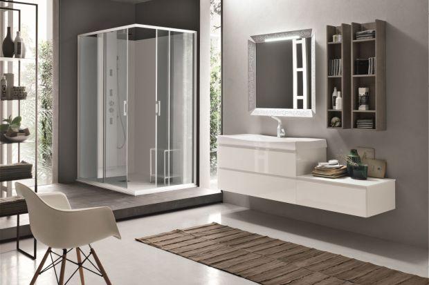 Jasne meble z frontami wykończonymi na wysoki połysk to podwójny efekt powiększenia łazienki!