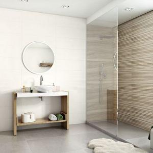 Aranżacja białej łazienki ocieplonej kolorami drewna z płytkami z kolekcji Daikiri marki Ceramika Paradyż. Fot. Ceramika Paradyż