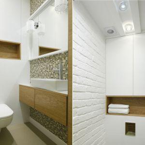 Aranżacja białej łazienki ocieplonej kolorami drewna. Proj. Małgorzata Mazur. Fot. Bartosz Jarosz
